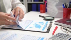 Biznesmena cyrklowanie i działanie, czytamy raporty i piszemy Biurowy pracownik, stołowy zbliżenie Biznesowy pieniężnej księgowoś zdjęcie wideo
