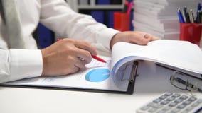 Biznesmena cyrklowanie i działanie, czytamy raporty i piszemy Biurowy pracownik, stołowy zbliżenie Biznesowy pieniężnej księgowoś zbiory wideo