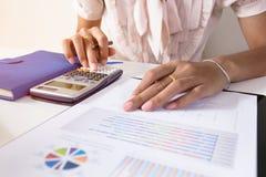 Biznesmena czek poważnie analizuje inwestora finansowych raportowych kolegów dyskutuje nowego planu wykresu pieniężnych dane Fina Zdjęcie Royalty Free