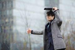 Biznesmena czekanie dla taxi w śniegu zdjęcie stock
