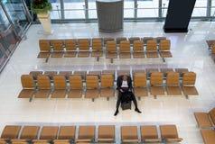 Biznesmena czekanie na siedzeniu z bagażem w bramie śmiertelnie obrazy royalty free