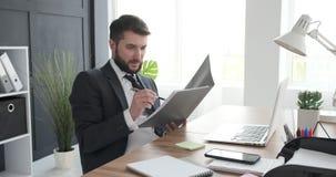Biznesmena czytania działanie na laptopie i dokumenty zbiory wideo
