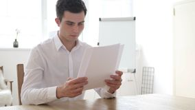 Biznesmena czytania kontrakta papiery w biurze zdjęcia stock