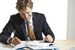 Biznesmena czytanie coś śmieszny obraz stock