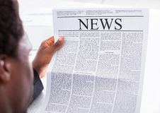 biznesmena czytanie szczęśliwy gazetowy Zdjęcie Royalty Free