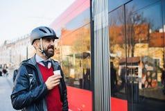 Biznesmena dojeżdżający iść do domu od pracy w mieście zdjęcie royalty free