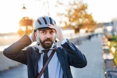 Biznesmena dojeżdżający podróżuje do domu od pracy w mieście, stawia na rowerowym hełmie obrazy stock