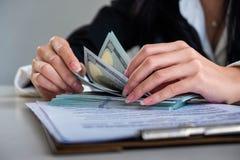 Biznesmena dolara amerykańskiego odliczający rachunki zdjęcia stock