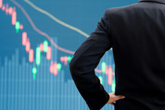 Biznesmena dopatrywania rynku papierów wartościowych wykres Zdjęcia Stock
