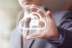 Biznesmena dosunięcia sieci guzika chmury kędziorka sieć Fotografia Stock