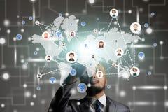 Biznesmena dotyka ekran z globalnym i ludźmi ikon Cyfrowego te Obrazy Royalty Free