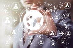Biznesmena dotyka guzika interfejsu mapy ikony sieć Zdjęcie Royalty Free