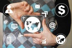 Biznesmena dotyka guzika interfejsu mapy wirtualna ikona Fotografia Royalty Free