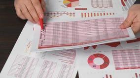 Biznesmena działanie i cyrklowanie finanse Czyta raporty i pisze biznesowy pieniężnej księgowości pojęcie zbliżenie ręki zbiory