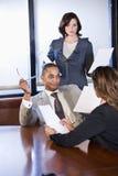 biznesmena działanie raportowy obraz stock