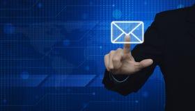 Biznesmena emaila naciskowa ikona nad cyfrowym światowej mapy technologiem Zdjęcia Royalty Free