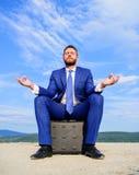 Biznesmena formalny kostium siedzi na teczce i medytować outdoors Przedsiębiorcy znaleziska minuta relaksować i medytować człowie zdjęcia royalty free