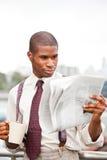 biznesmena gazety czytanie Zdjęcia Royalty Free
