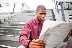 biznesmena gazety czytanie Fotografia Royalty Free