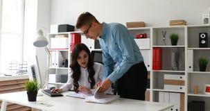 Biznesmena gmeranie dla koniecznych dokumentów wśród papierów pracownik zdjęcie wideo