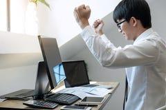 Biznesmena handel zaopatruje online, akcyjnego maklera patrzeje wykres, i obrazy royalty free