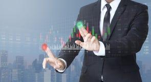 Biznesmena handlarski rynek papierów wartościowych na cyfrowym ekranie obrazy stock
