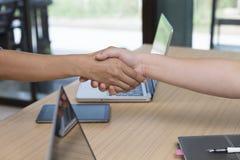 biznesmena handshaking dla use jako współpraca, nabycie conc zdjęcia stock