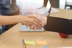 biznesmena handshaking dla use jako współpraca, nabycie conc fotografia royalty free