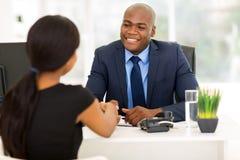 Biznesmena handshaking klient obrazy stock