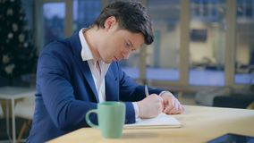 Biznesmena handwriting mienia pióro fotografia stock