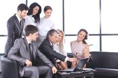 Biznesmena i biznesu drużyna dyskutuje nową informację zdjęcia stock