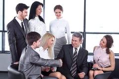 Biznesmena i biznesu drużyna dyskutuje nową informację zdjęcie stock