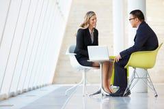 Biznesmena I bizneswomanu spotkanie W Nowożytnym biurze Fotografia Stock