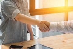 Biznesmena i partnera chwiania ręki obraz royalty free