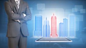 Biznesmena i ramy budynki na ekranie obrazy stock