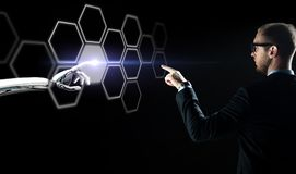 Biznesmena i robota sieci wzruszający hologram Fotografia Royalty Free