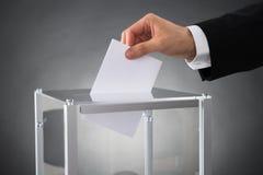 Biznesmena kładzenia tajne głosowanie W pudełku fotografia royalty free