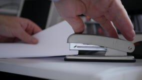 Biznesmena k?adzenie Skraca strony Wp zbiory wideo
