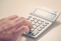 biznesmena kalkulatora używać Zdjęcie Royalty Free