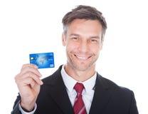 biznesmena karty kredyta mienia odosobniony biel Fotografia Stock