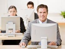 biznesmena komputeru działanie Obraz Royalty Free