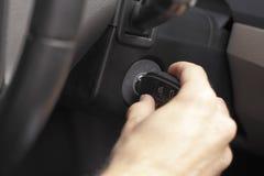 Biznesmena kręcenia klucz zaczynać samochodowego silnika Fotografia Royalty Free