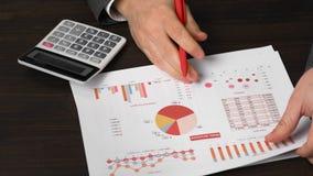 Biznesmena księgowy używa kalkulatora dla kalkulować crypto waluta raport na biurka biurze Biznesowa pieniężna księgowość zbiory