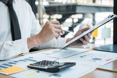 Biznesmena księgowy pracuje analizować wydatkowego pieniężnego rocznego pieniężnego raportowego bilansu księgowego oświadczenie i obraz stock