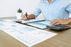 Biznesmena księgowy robi pracującej rewizji i kalkulatorskiemu wydatkowemu pieniężnemu rocznemu pieniężnemu raportowemu bilansu k fotografia royalty free