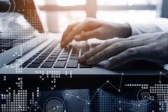 biznesmena laptop używać potomstwo Biznesowy technologii cyfrowej pojęcie Zdjęcie Stock