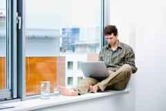 biznesmena laptopu działanie obraz stock