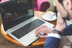 biznesmena laptopu pracujący potomstwa obrazy stock