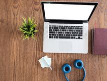 Biznesmena laptopu widok na drewnianym biurku Obrazy Stock