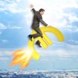 Biznesmena latanie na euro znaku Zdjęcia Royalty Free